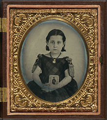 220px-Girl_in_mourning_dress_holding_framed_photograph_of_her_father